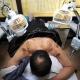 Un hombre recibe tratamiento de acupuntura en un hospital en Wuwei, provincia de Gansu, noroeste de China.